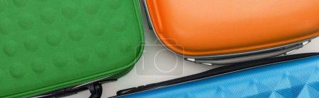 Photo pour Prise de vue panoramique de sacs de voyage lumineux sur fond blanc - image libre de droit
