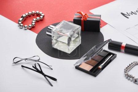 Photo pour Foyer sélectif de parfum, ombre à paupières, cadeau, rouge à lèvres, bracelets, montre-bracelet et poudre pour le visage - image libre de droit