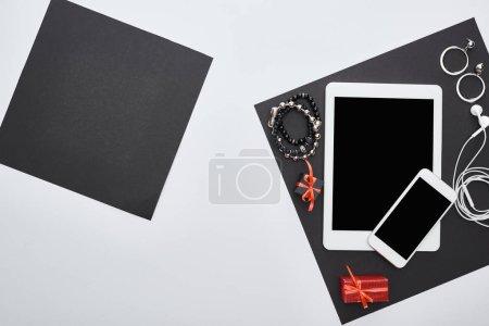 vista superior de gadgets, cajas de regalo, pendientes, auriculares, pulseras