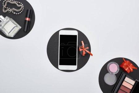 Foto de Vista superior de gadget, cajas de regalo, perfume, pulseras, cosméticos decorativos - Imagen libre de derechos