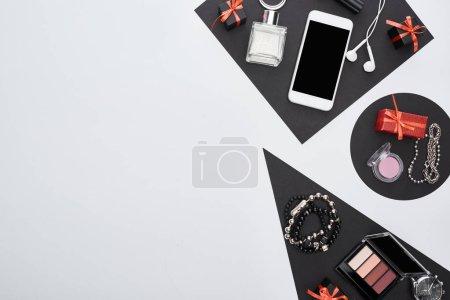 Foto de Vista superior de gadget, cajas de regalo, perfume, pulseras, cosméticos decorativos, auriculares. - Imagen libre de derechos
