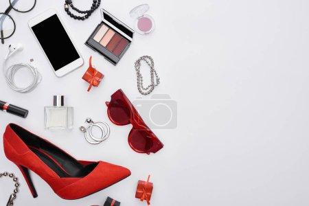 Foto de Vista superior de gadget, cajas de regalo, perfume, pulseras, cosméticos decorativos, pendientes, auriculares, zapatos. - Imagen libre de derechos