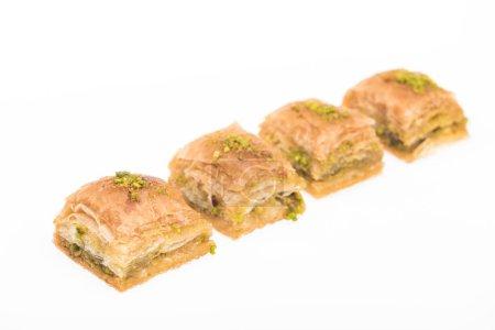 Photo pour Traditionnel miel turkish baklava avec des noix isolées sur blanc - image libre de droit