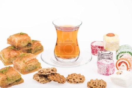 Photo pour Tasse de thé près de baklava, goût turkish et gozinaki isolés sur blanc - image libre de droit