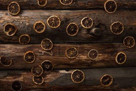 vista superior de rodajas de cítricos secos sobre fondo de madera