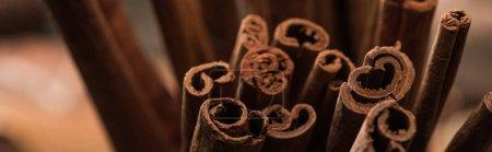 Photo pour Vue rapprochée des bâtonnets aromatiques de cannelle fraîche, vue panoramique - image libre de droit
