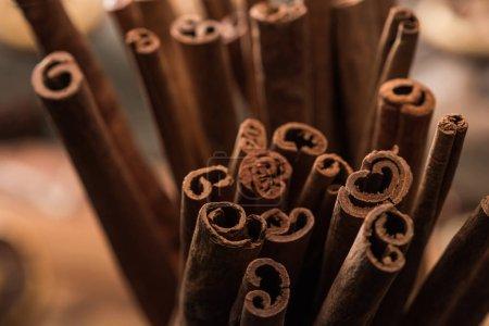 Photo pour Vue de près des bâtonnets de cannelle aromatique fraîche - image libre de droit