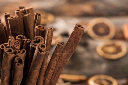 vue rapprochée des bâtonnets aromatiques de cannelle fraîche