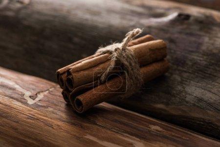 Nahaufnahme von Zimtstangen auf Holzgrund
