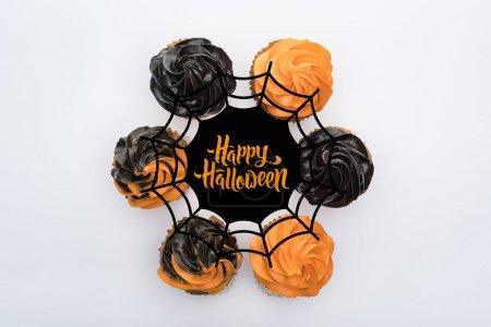 Photo pour Haut de la page de délicieux gâteaux d'Halloween en cercle avec toile d'araignée et illustration d'Halloween heureux isolés sur blanc - image libre de droit