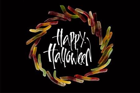 Photo pour Vue de dessus du cadre rond fait de vers gommeux colorés isolés sur noir avec illustration heureuse Halloween - image libre de droit