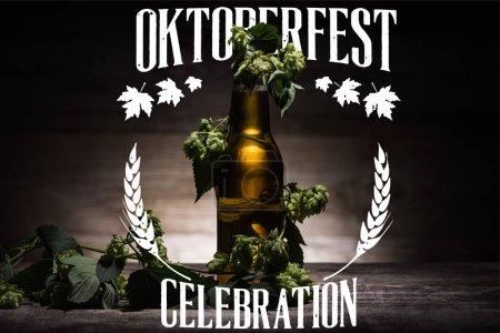 Photo pour Bière fraîche en bouteille avec houblon vert sur une surface en bois sombre avec illustration de célébration Oktoberfest blanche - image libre de droit