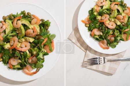 Collage aus frischem grünem Salat mit Kürbiskernen, Garnelen und Avocado auf Teller auf Serviette nahe Gabel auf weißem Hintergrund