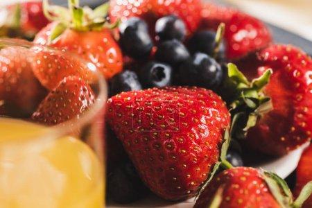 Photo pour Vue rapprochée du petit déjeuner français avec jus d'orange, baies - image libre de droit