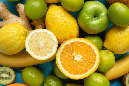 Photo pour Vue de dessus des moitiés orange et citron sur les fruits - image libre de droit