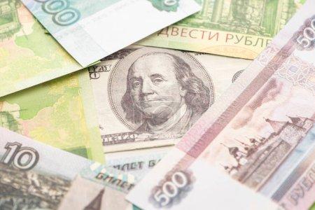 Photo pour Focalisation sélective des roubles russes et des billets en dollars - image libre de droit