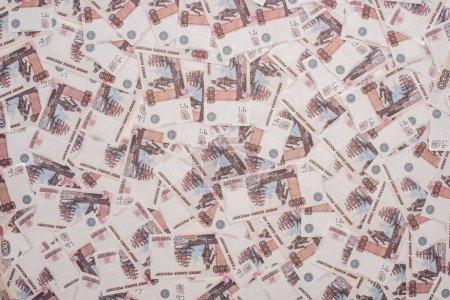 Foto de KYIV, UKRAINE - 25 DE MARZO, 2020: visión superior de los billetes de banco de rublo russianos. - Imagen libre de derechos