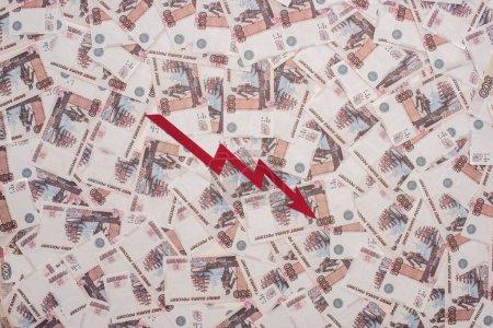 Photo pour KYIV, UKRAINE - 25 MARS 2020 : vue du haut du graphique de crise près des billets en rouble russe - image libre de droit