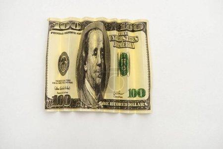 Photo pour Vue du haut du billet froissé en dollar américain isolé sur blanc - image libre de droit