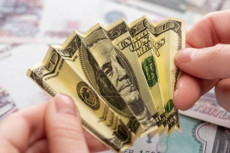 Photo pour Vue recadrée de la femme tenant un billet en dollars froissé dans les mains - image libre de droit