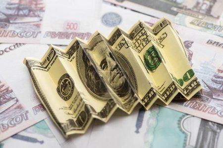 Photo pour Focalisation sélective du billet en dollar américain froissé sur les roubles russes - image libre de droit
