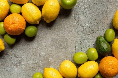 Photo pour Vue de dessus des fruits délicieux colorés sur la surface en béton gris - image libre de droit
