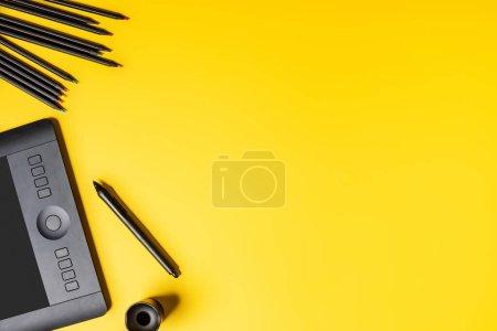 Foto de Vista superior de la tabla de dibujo, lápices de colores y lápiz de estilo en amarillo. - Imagen libre de derechos