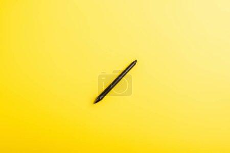 Photo pour Vue de dessus du stylet noir isolé sur jaune - image libre de droit