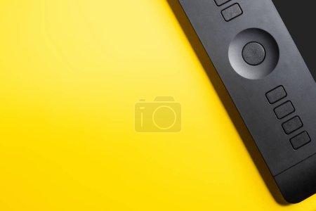 Photo pour Vue du dessus du comprimé de dessin sur jaune - image libre de droit