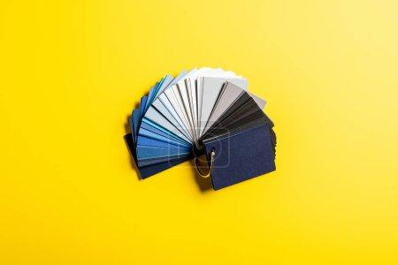 Foto de Vista superior de la paleta con colores azules, grises y negros en amarillo. - Imagen libre de derechos