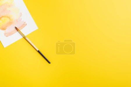 Photo pour Vue de dessus du pinceau près de la peinture créative isolée sur jaune - image libre de droit