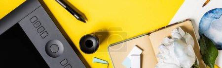 Photo pour Culture panoramique de peinture, tablette de dessin, stylet, carnet et fleur sur jaune - image libre de droit