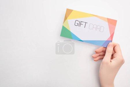 Draufsicht der Frau mit Geschenkkarte auf weißem Hintergrund