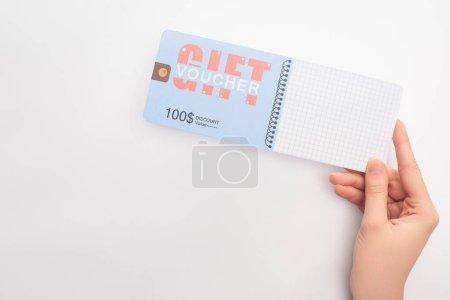 Photo pour Vue du dessus de la femme tenant bon cadeau avec 100 dollars de réduction sur fond blanc - image libre de droit