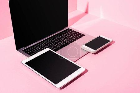 Photo pour Gadgets modernes avec des écrans vierges sur fond rose - image libre de droit
