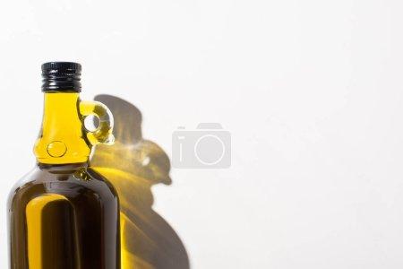 Photo pour Vue du dessus de l'huile d'olive en bouteille sur fond blanc - image libre de droit