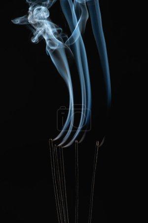 Photo pour Bâtons d'arôme brûlant avec de la fumée sur fond noir - image libre de droit