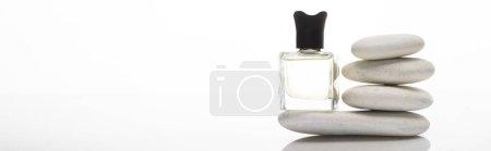 Photo pour Parfum de maison en bouteille près de pierres de spa sur fond blanc, vue panoramique - image libre de droit