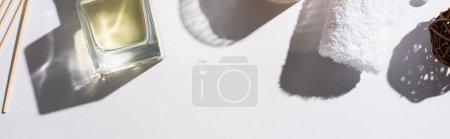Photo pour Vue de dessus des bâtons d'arôme avec parfum en bouteille près de serviette de coton sur fond blanc, vue panoramique - image libre de droit