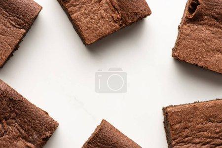 vista superior de deliciosas piezas de brownie sobre fondo blanco