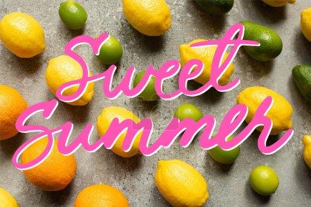 Photo pour Plat posé avec des chaux colorées, oranges, avocat et citrons sur la surface en béton gris, illustration douce d'été - image libre de droit
