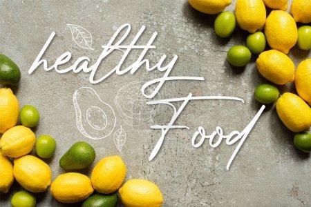 Photo pour Vue de dessus de l'avocat coloré, citrons verts et citrons sur la surface en béton gris, illustration d'aliments sains - image libre de droit