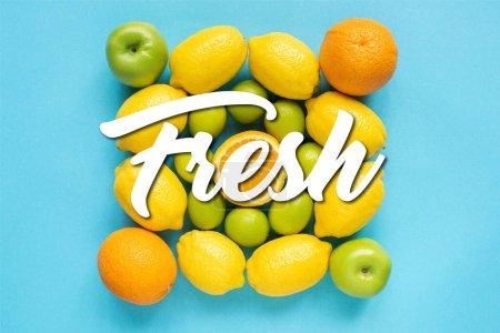 Foto de Vista superior de frutas frescas sobre fondo azul, ilustración fresca - Imagen libre de derechos
