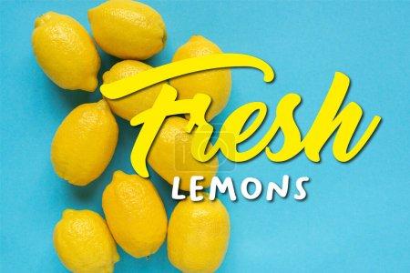 Foto de Vista superior de limones amarillos maduros sobre fondo azul, ilustración de limones frescos - Imagen libre de derechos