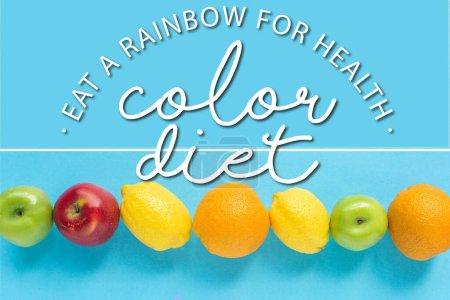 vue du dessus des fruits mûrs et illustration de régime de couleur sur fond bleu, collage