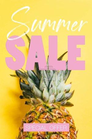 Photo pour Ananas frais mûr avec des feuilles vertes sur fond jaune avec illustration de vente d'été - image libre de droit