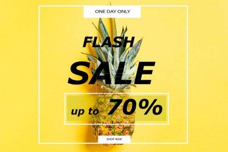 Photo pour Vue du haut de l'ananas frais mûr sur fond jaune avec illustration de vente flash - image libre de droit