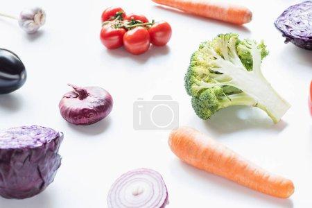 Photo pour Légumes colorés mûrs frais éparpillés sur fond blanc - image libre de droit