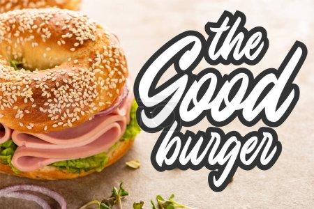 delicioso bagel con jamón cerca de la buena letra hamburguesa en la superficie texturizada