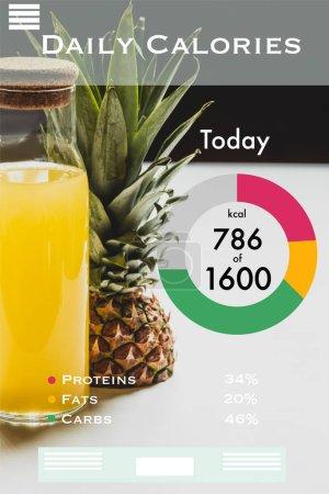 frischer Ananassaft in der Flasche neben köstlichen Früchten und täglichen Kalorien Schriftzug auf weiß und schwarz